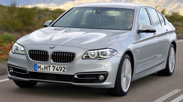 BMW se udaljava od malih automobila