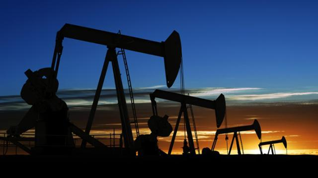Pad cene nafte - ekonomija ili geopolitika