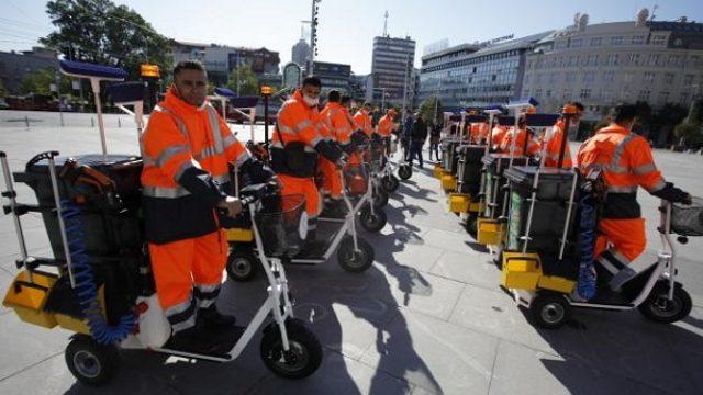 Radnici beogradske Gradske čistoće na električnim trotinetima!